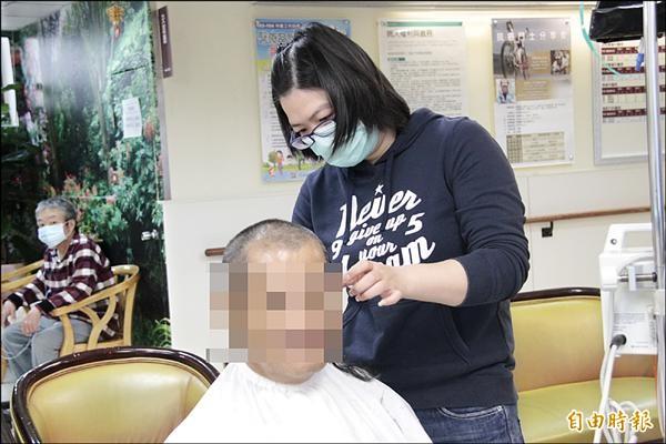 美髮師林雅卿連續三年擔任門諾醫院癌症病房的義剪義工,昨天到醫院替十一名病患及家屬剪髮。(記者花孟璟攝)