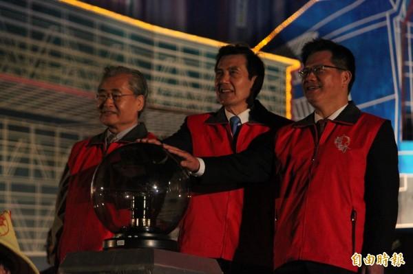 總統馬英九(中)、行政院長毛治國(左)、台中市長林佳龍(右)連袂點燈。(記者俞泊霖攝)
