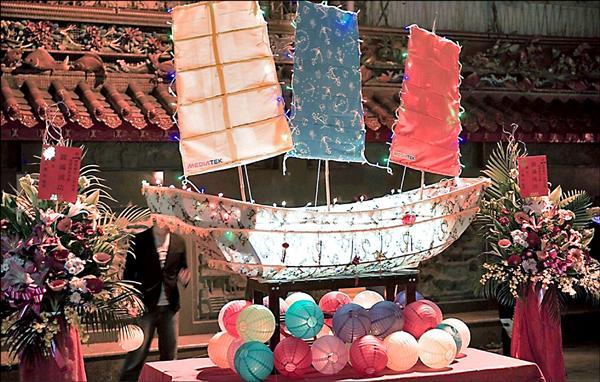 東港東隆宮的王船主燈元宵出巡,今晚將由轎夫扛著遶境,為三年一科的東隆宮迎王平安祭暖身。(屏南社大提供)
