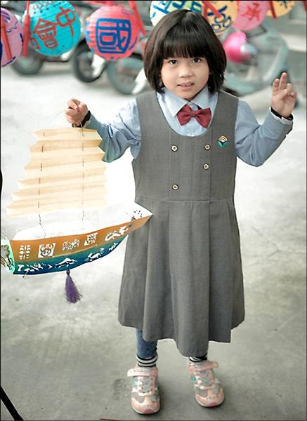今晚的王船花燈遶境活動,將有大小朋友一起提著小船燈籠踩街。(屏南社大提供)