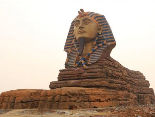 中國安徽省出現山寨版「人面獅身像」,以埃及的原版雕像為原型,並依照1:1的比例打造而成。(圖片擷取自《鳳凰網》)