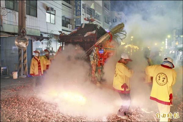 新港奉天宮元宵遶境隊伍所到之處,民眾燃放鞭炮,熱鬧滾滾。(記者謝銀仲攝)