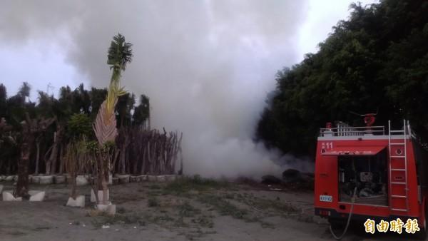 溪州花博苗圃區發生火警,濃煙漫天。(記者鄭旭凱攝)