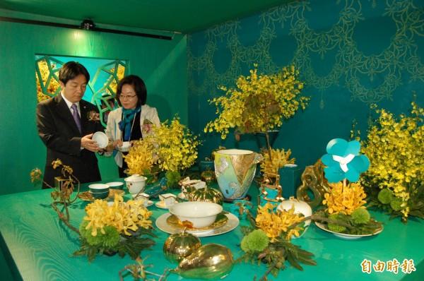 台灣國際蘭展今年特色包括文創產業,白鷺鷥文教基金會榮譽董事長陳郁秀(右)向市長賴清德介紹文創作品。(記者王涵平攝)
