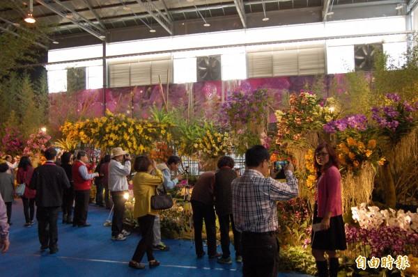 台灣國際蘭展將於明日正式開園,不少民眾參加開幕典禮先睹為快。(記者王涵平攝)