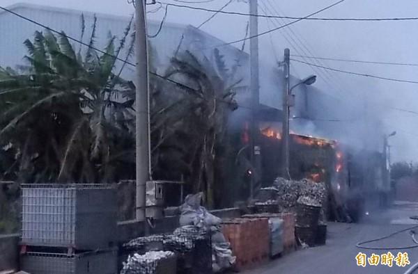福興鄉一家工廠昨天傳出火警,火勢猛烈,消防人員朝火場灌救。(記者湯世名攝)