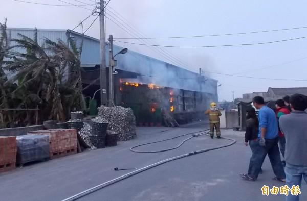 福興鄉一家工廠今天傳出火警,火勢猛烈,消防人員朝火場灌救。(記者湯世名攝)