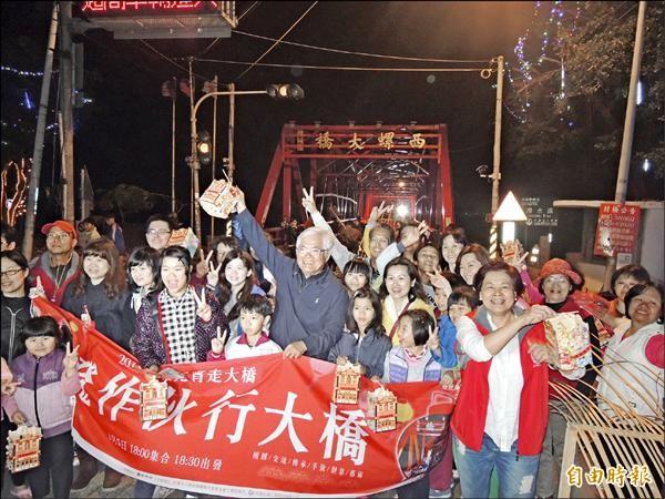 元宵夜上千人一起提燈籠走西螺大橋慶元宵。(記者黃淑莉攝)