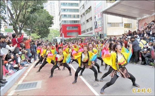 喜迎台灣燈會在台中,早上搶先藝文踩街,為開燈暖身,日本表演團隊熱情有勁,大受好評。(記者蘇孟娟攝)
