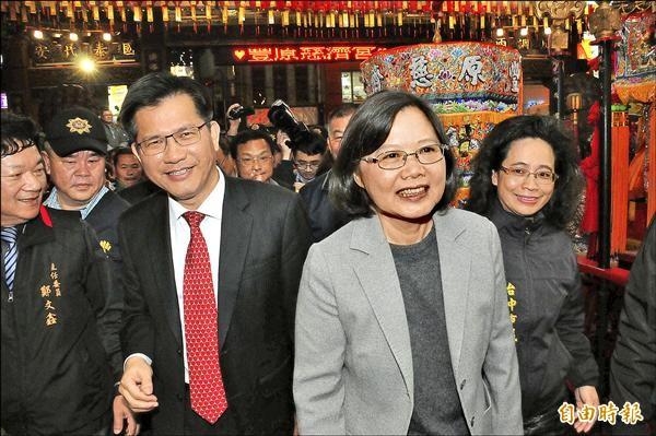 民進黨黨主席蔡英文(右二)與市長林佳龍昨晚到豐原燈區賞燈前,先到豐原慈濟宮參拜,為台灣祈福。(記者李忠憲攝)