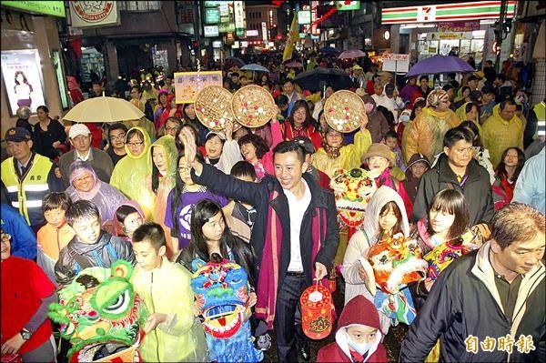 昨晚元宵夜,新竹市政府首次舉辦復古燈籠趴,市長林智堅與眾多市民一同提著燈籠踩街遊行。(記者蔡彰盛攝)