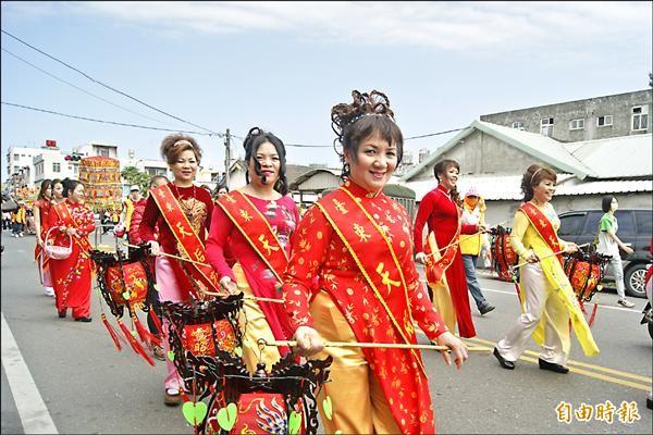 在越南即信奉媽祖的新移民(右圖)也穿上傳統服飾,走在遶境隊伍裡。(記者王秀亭攝)