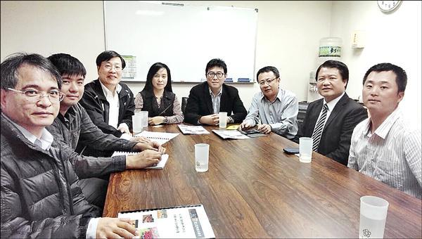 前立委陳瑩(左四)甫接任台東棒棒球委員會主委,即順利向體育署爭取百萬元助台東專校青棒隊重組。(記者陳賢義翻攝)