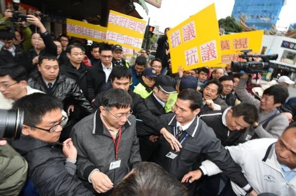 市長離去時,遭住戶包圍抗議。(記者劉信德攝)