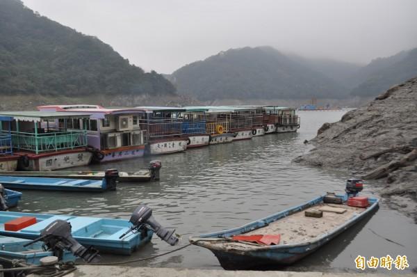 石門水庫水情吃緊目前旱象為近十年來最嚴重的一次,渡船頭的遊艇碼頭跟著直直落的水位往下滑。(記者李容萍攝)