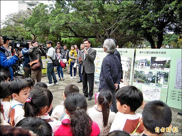 市長林佳龍視察台中公園的鳥居,並與小朋友講台中的歷史。(記者蘇金鳳攝)