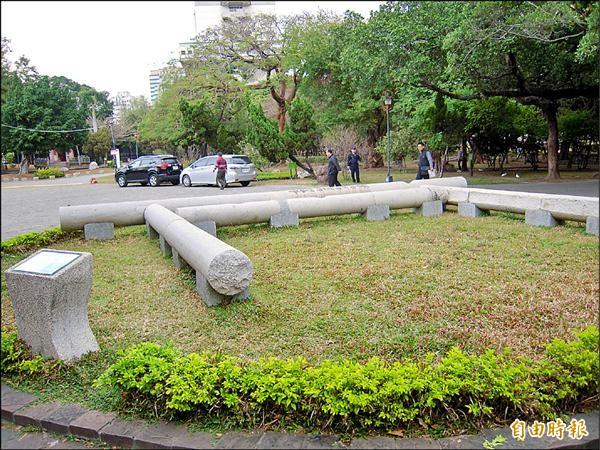 台中公園內躺臥了來自全市多處的鳥居石柱,市府將在今年底前讓鳥居站起來,重回過去風華。(記者蘇金鳳攝)