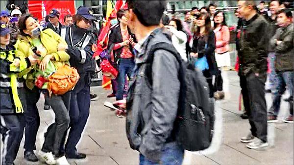 愛國同心會總幹事張秀葉終於被警方逮捕。(記者邱俊福翻攝)