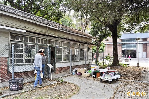 有80多年歷史的台糖舊電理髮部木屋位於高捷橋仔頭糖廠站前。(記者蘇福男攝)