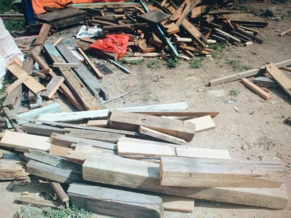 民雄鄉松山村無人居住木古厝屋頂檜木橫樑失竊案,警方循線找到已被肢解的檜木舊料。(記者謝銀仲翻攝)