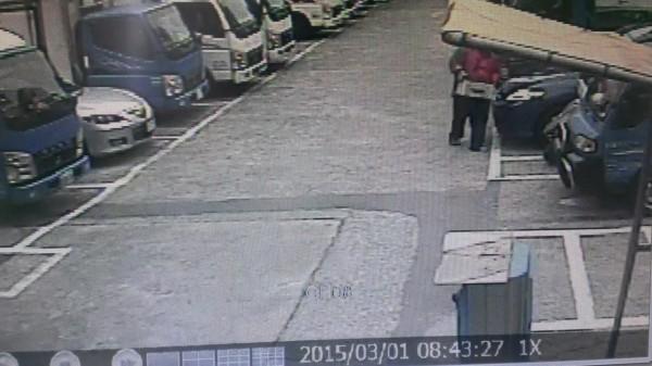 林男竊取貨車電瓶。(記者謝君臨翻攝)