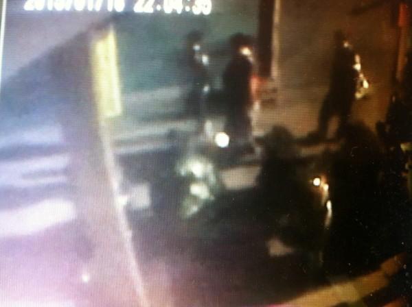 3名少年發現路旁機車鑰匙沒拔,興起歹念竊車。(記者謝君臨翻攝)