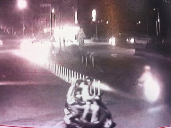 3少偷車後騎著贓車3貼,在淡水閒晃。(記者謝君臨翻攝)