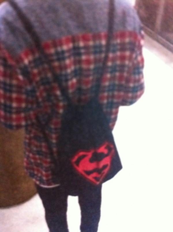 少年背著顯眼的超人S標誌後背包,成警方破案關鍵。(記者謝君臨翻攝)