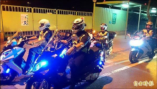 近四十人的重機愛好者組成「夜鷹志工聯隊」,夜深人靜時自發性巡守、守護居民的安全。(記者林郁姍攝)