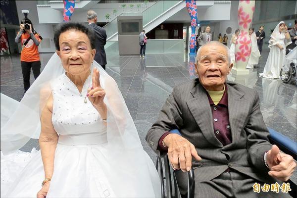 九十多歲的阿公王定玉(右)與阿嬤王曾雪(左)分別穿上西裝、婚紗,接受祝福。(記者蘇金鳳攝)