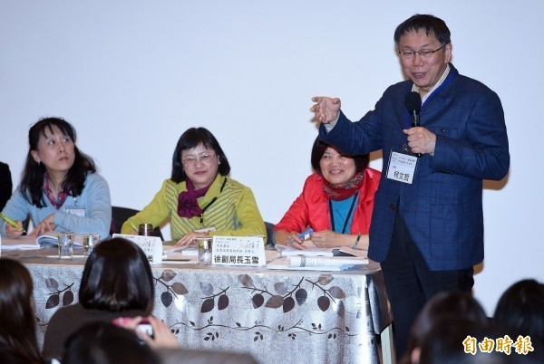 台北市長柯文哲(右)7日出席「性平別等‧臺北發聲」-性別議題公共論壇,並與執政團隊回應公民團體提出的性別議題。(資料照,記者廖振輝攝)