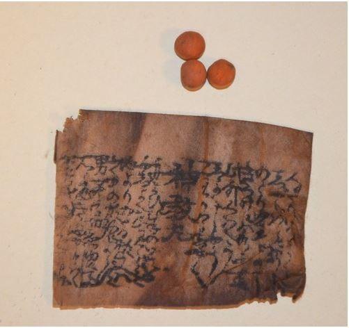 日本鳥取市發現江戶後期的古藥丸「神教丸」,外觀基本上與現在販售的相差不遠,保存狀況良好。(圖擷取自每日新聞)