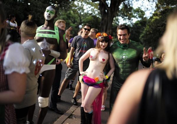 第37屆「雪梨同志狂歡大遊行」於當地時間週六(7日)盛大展開。(路透)
