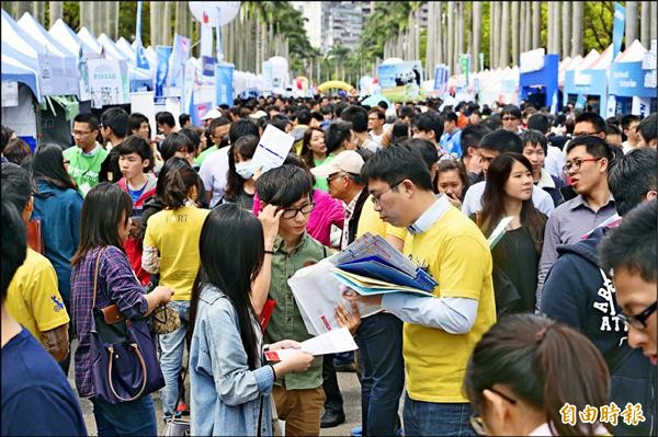 台灣大學校園徵才博覽會昨舉行,規模與徵才人數均為歷年之冠。(記者廖振輝攝)
