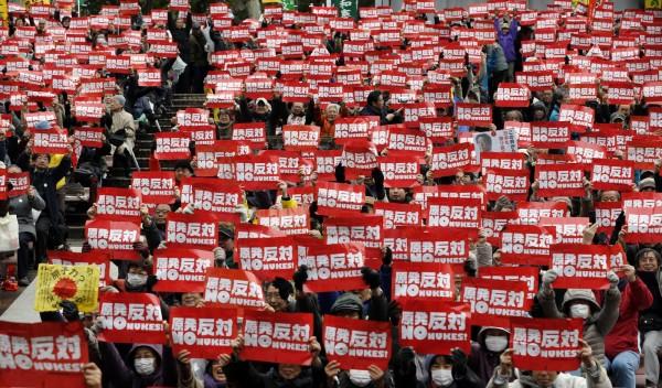 日本東京昨天舉行反核大遊行,呼籲日本政府停止恢復核電使用。(美聯社)
