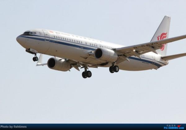 中國1名網友拍下,這架中國國航的波音737-800型客機,起飛時機艙門把手未關至定位。(圖擷取自中國《民航資源網》)