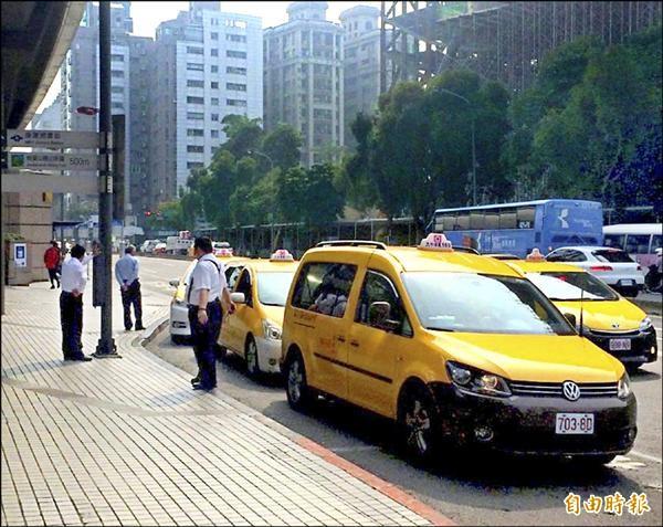 台北市目前僅有一處合法計程車共乘路線、即捷運劍潭站至文化大學。(記者郭逸攝)