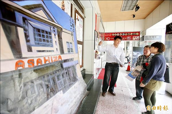 畫師顏振發(中)手繪「朝日座」紀錄片看板,映後將寄回日本,交換兩地記憶。(記者黃文鍠攝)