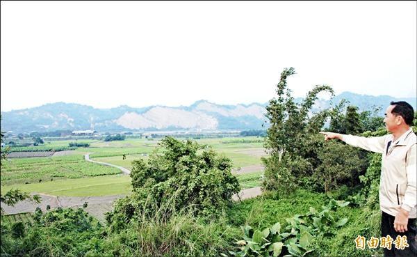 草屯鎮北勢里長林武順手指的綠油油稻田的地方,就是鳥嘴潭人工湖預定地之一。(資料照,記者陳鳳麗攝)
