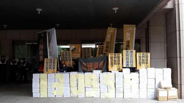 共計13萬份多的補正公投法連署書,今天送進中選會,份量驚人。(圖擷自黃國昌臉書)