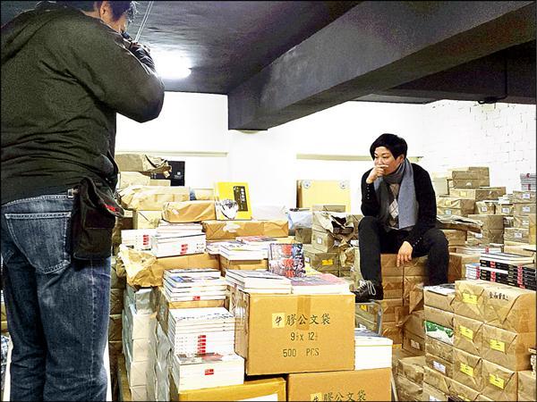 支持佔中的香港小型出版商「上書局」,遭具有中資背景的「聯合出版集團」旗下三大書局大批退書,上書局總編輯鄺穎萱稱此是「間接謀殺整個出版業」。(取自「讀書好」臉書專頁)