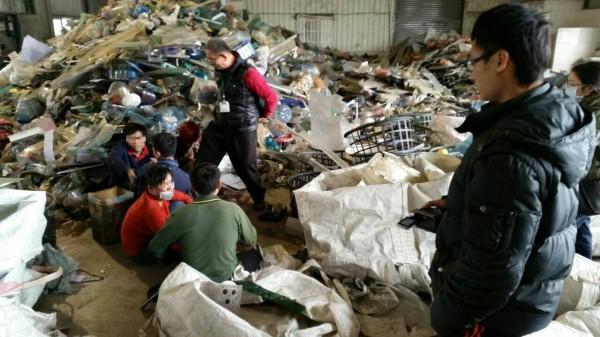 移民署台南專勤隊到新化區一家資源回收公司查獲該公司非法僱用五名逃逸外勞。(記者王俊忠翻攝)