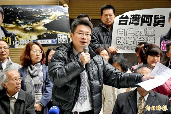 洪仲丘舅胡世和(中)昨天以「台灣阿舅 白色力量 改變台灣」口號,宣布參選新北市第四選區立委。(記者陳韋宗攝)