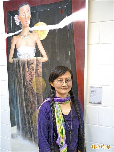 藝術家錢瑞英擅長水墨畫,近年畫作以探討女人內心情感世界為主。(記者林郁姍攝)