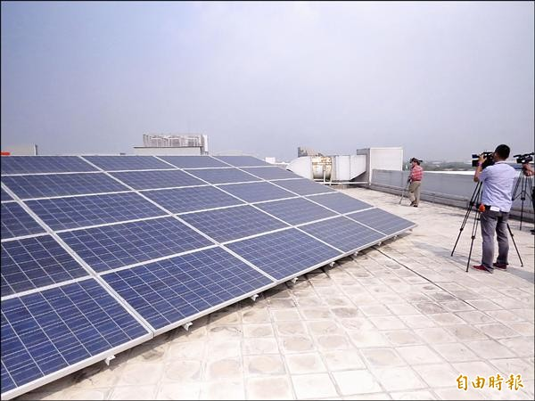 過去四年,台南推動太陽能發電,每年省下的電力相當於曾文水庫四十二%的發電量。(記者蔡文居攝)