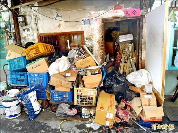 大里區西村路一巷一名住戶屋裡屋外都堆滿回收物,嚴重破壞環境清潔,大明里長黃顯堂不滿打1999通報,過了二星期環保局還是沒處理。(記者陳建志攝)