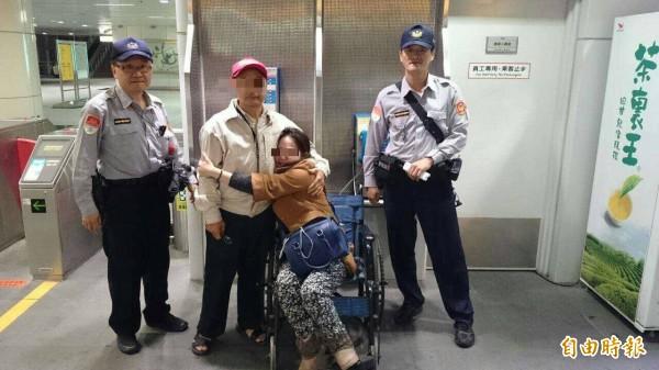 林姓女子(右二)喝得醉茫茫倒臥捷運月台,由舅舅(左二)出面認領。(記者葛祐豪攝)