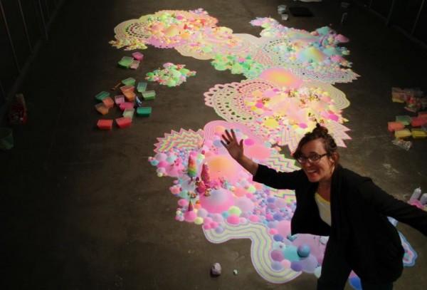 舒茲運用了多種色彩繽紛的材料,製作了這個糖果仙境。(圖擷自「Pip & Pop」臉書)
