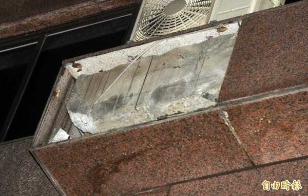 位於東區的聯合報大樓今天下午花崗岩磚突然掉落,當場砸中兩名女性,造成1命危1傷。(記者簡榮豐攝)