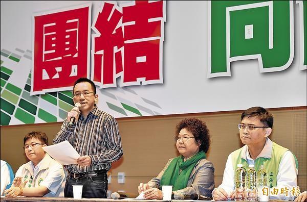 陳致中(左二)昨天在高雄市長陳菊(右二)陪同下,宣布退出民進黨立委初選,轉而力挺另一位參選人賴瑞隆(右一)。(記者張忠義攝)